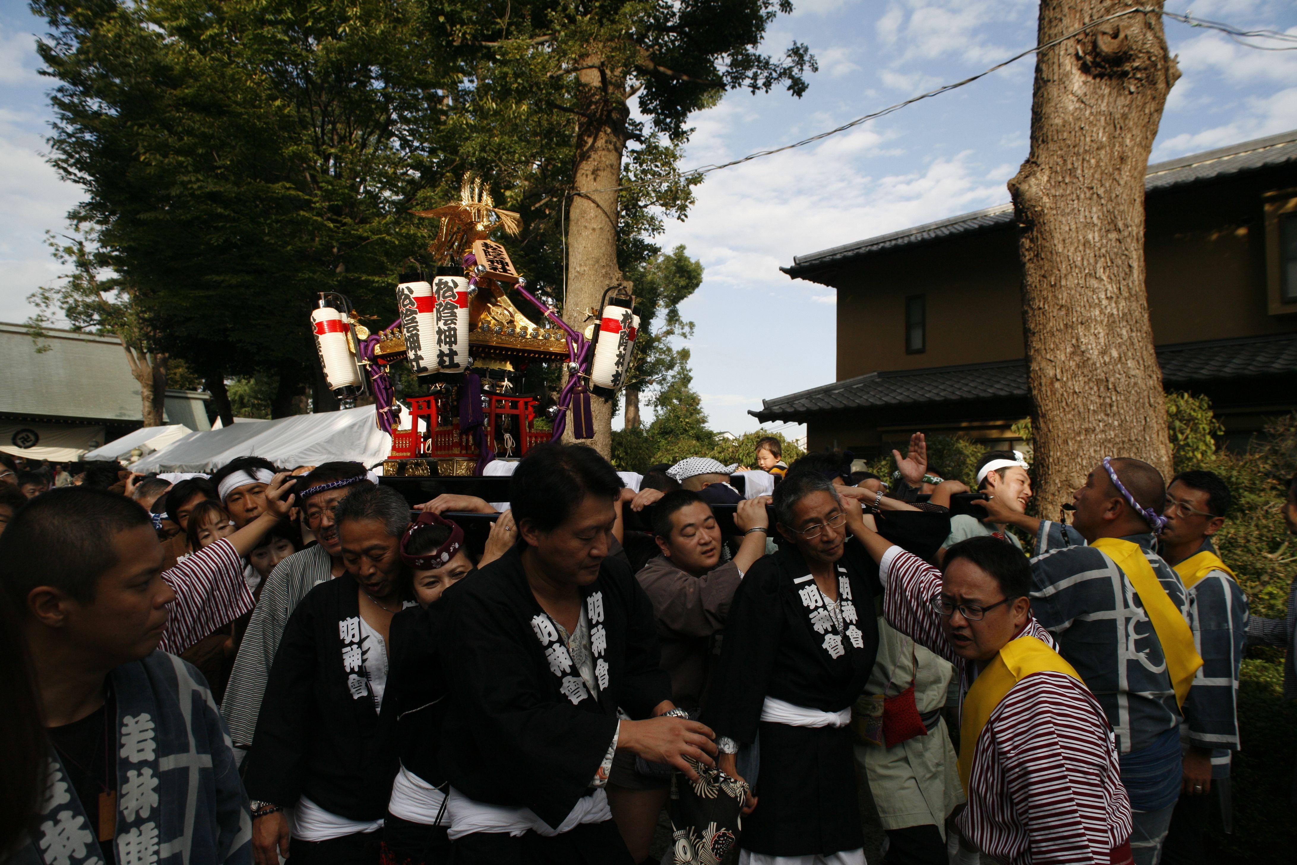 松陰神社内を通る御神輿