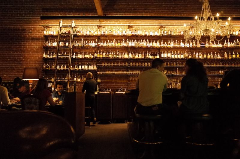 Multnomah Whiskey Libraryの店内